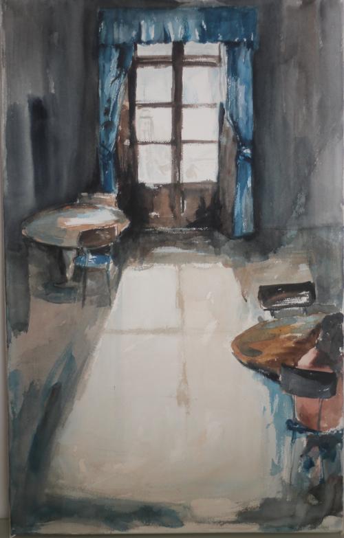 El ventanal de cortinas azules